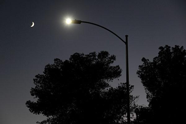 Las Vegas Begins Replacing 6600 Streetlights With LED Fixtures